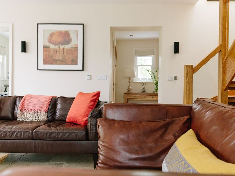 Renovated detached 2 bedroom coach house in Claygate Surrey, Ferienwohnung in Surrey