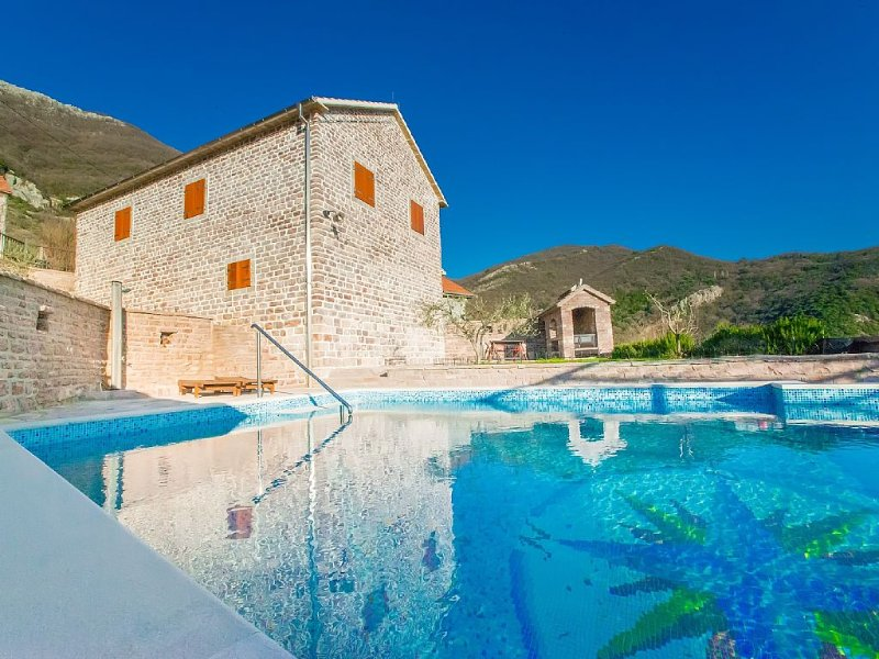 Luxury villa with stunning views. 3 Bedrooms▪6 Sleeps ▪2 Bathrooms ▪Private pool, holiday rental in Tivat Municipality