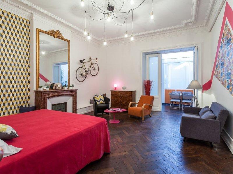 Appartement ARTY &  SPACIEUX Haussmanien plein cœur de ville , rue piétonne., vacation rental in Sete
