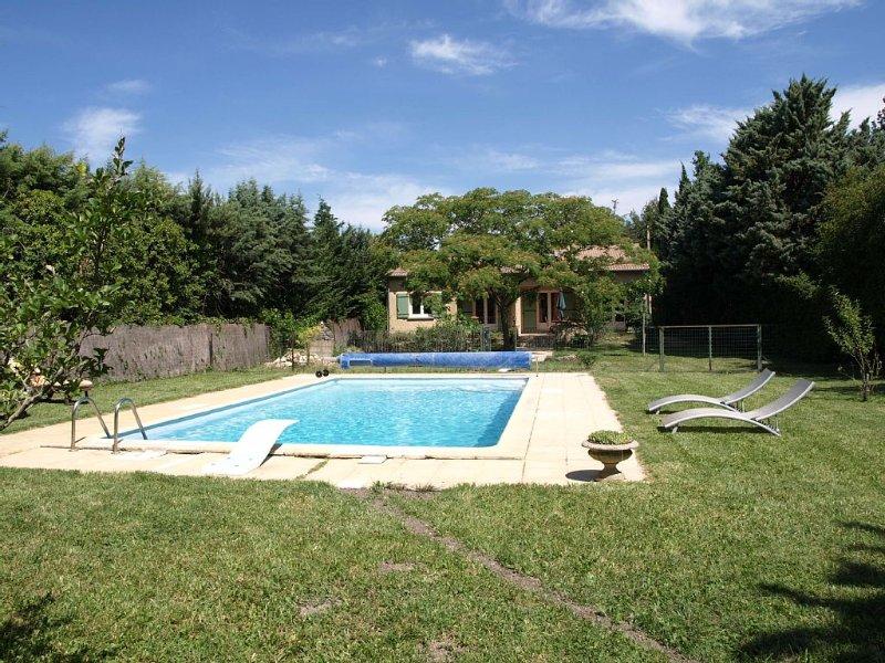 Villa climatisée, piscine 5x10m sécurisé, WIFI, terrasse ombragée,  jardin, holiday rental in Caumont-sur-Durance