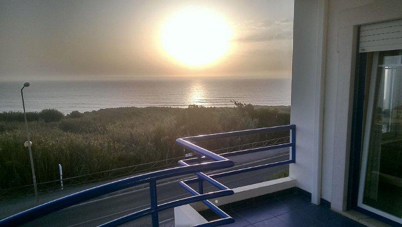 Apartamento com piscina e vista frontal oceano, alquiler de vacaciones en Ericeira