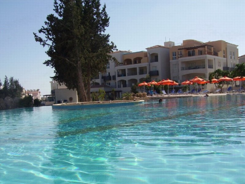 Luxury 2 bed 2 bath 2nd floor apartment close to all amenities, 2 large pools, holiday rental in Chloraka