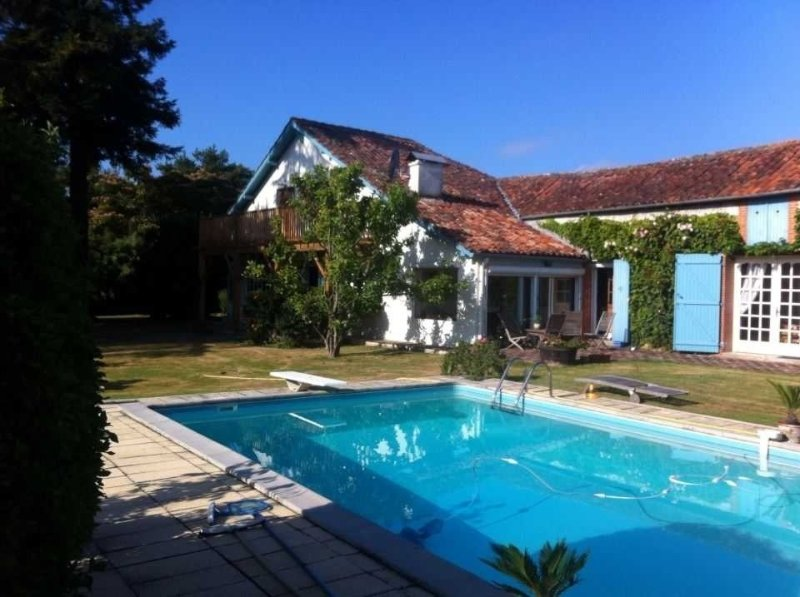 Stunning Landaise Farmhouse, large gardens, 'Real' Pool, B&B or House Party W/E, holiday rental in Segos