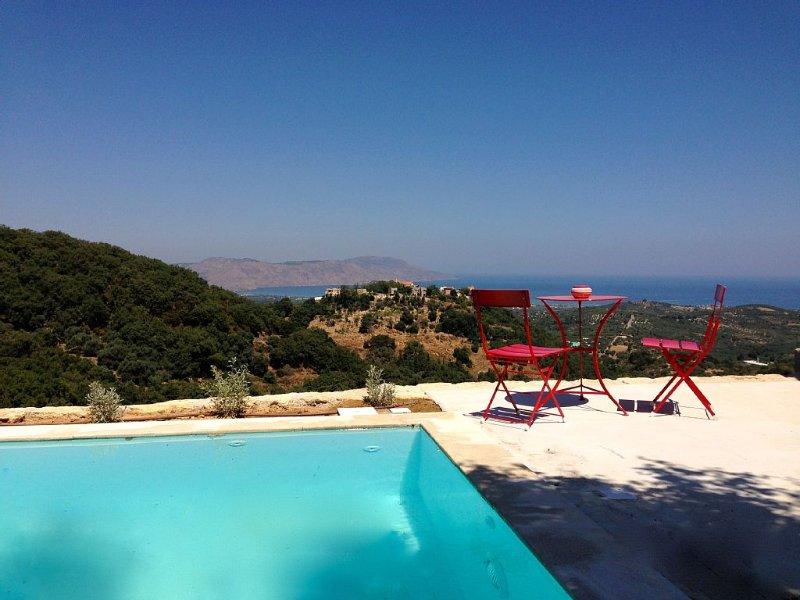 Villa piscine privée et vue mer située entre Chania et Rethymnon, lac de Kournas, vakantiewoning in Kastellos