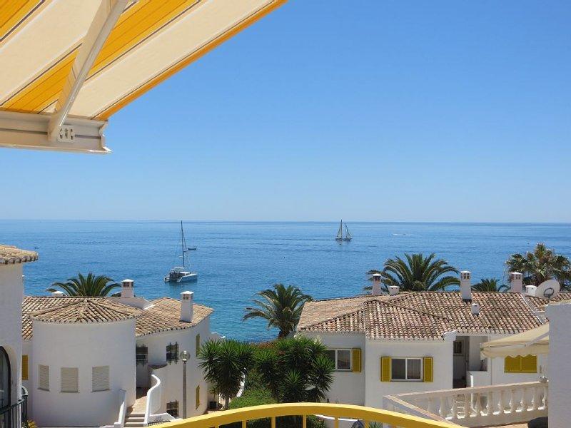 4 bed Villa in heart of village, spectacular sea views, air-conditioning & wifi, aluguéis de temporada em Luz
