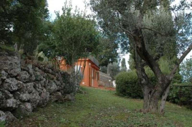 Porto Santo Stefano: Villino con ampio giardino vista splendida, holiday rental in Talamone