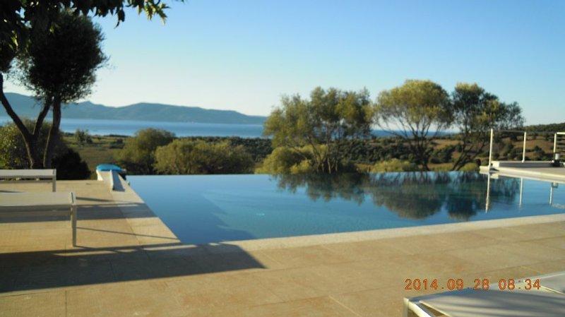 Villa récente  climatisée avec piscine à débordement dans propriété de 10 ha, holiday rental in Serra-di-Ferro