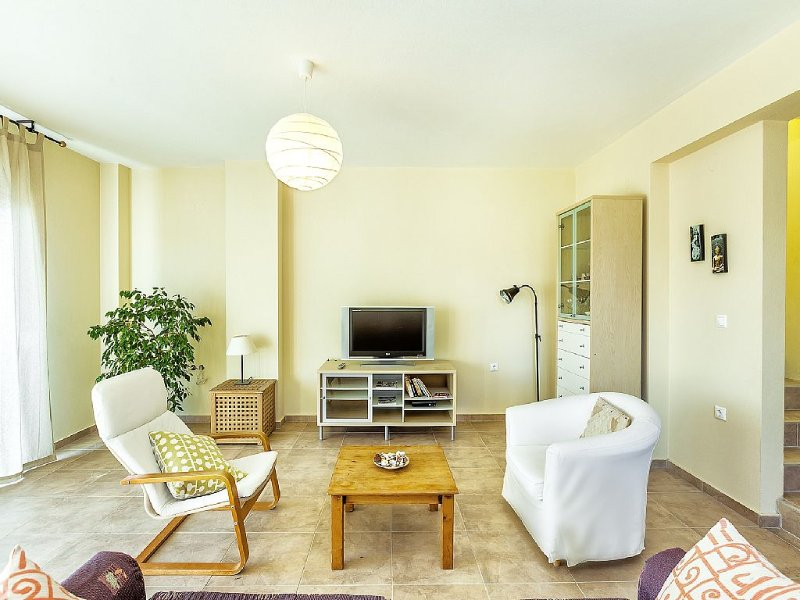 Spacious Family Villa With Sea Views, only 100metres from the beach, location de vacances à Loutra