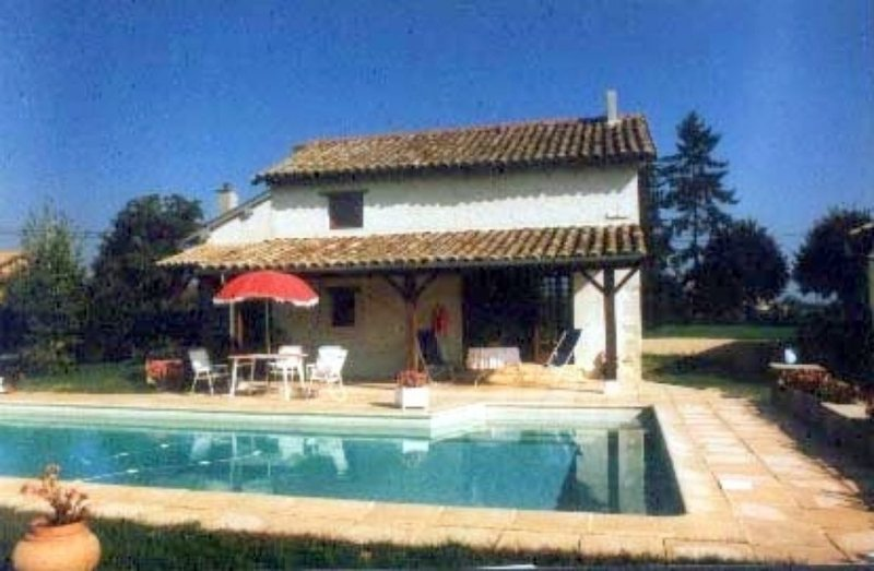 Cottage With Large Pool And Peaceful Garden, holiday rental in Chaintre