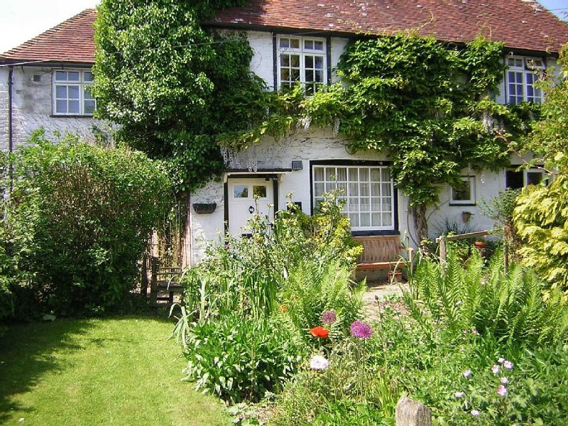 Spacious & Comfortable Cottage-type Accommodation in heart of Cowbeech village, vakantiewoning in Herstmonceux