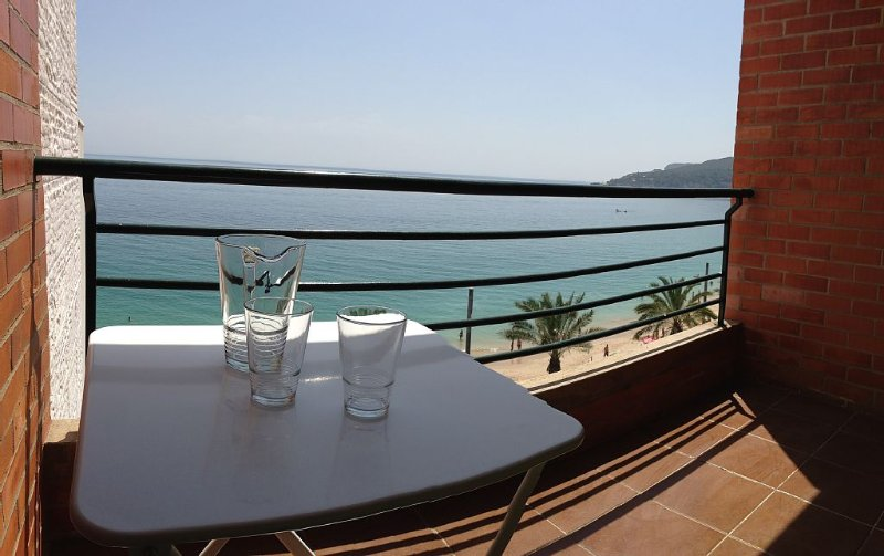 T2 apartment, overvew threw The sea. first in the beach of Sesimbra, casa vacanza a Setubal District