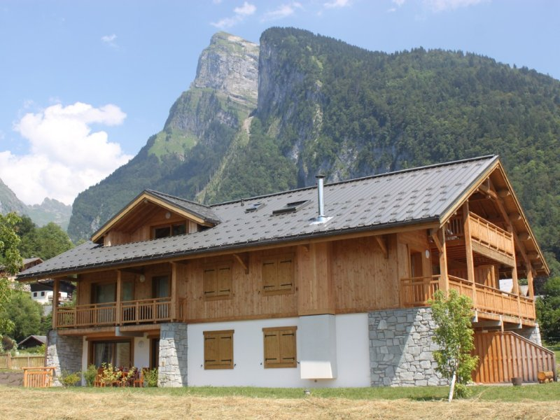 Luxury Apartment Sleeps 4/5, 2 Mins Walk From Samoens Centre, holiday rental in Samoens