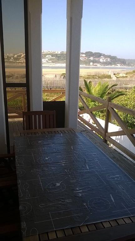 Almoçar na varanda junto ao berbecue e com uma vista unica