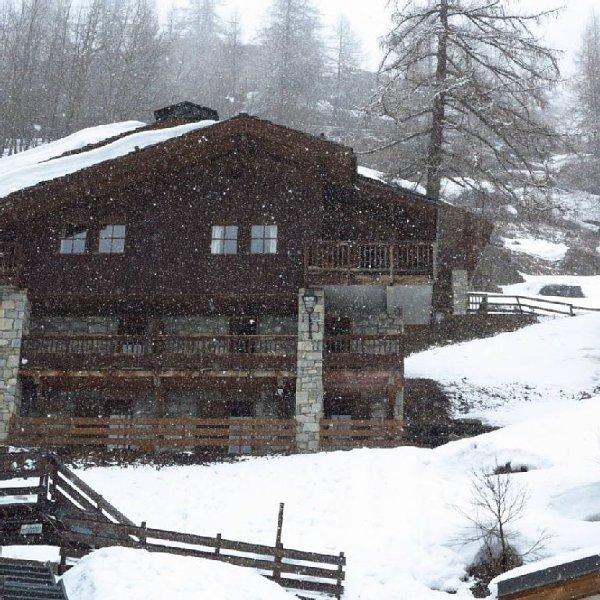 Luxueux chalet ,avec superbe vue et le charme du bois et de la pierre, holiday rental in Tignes