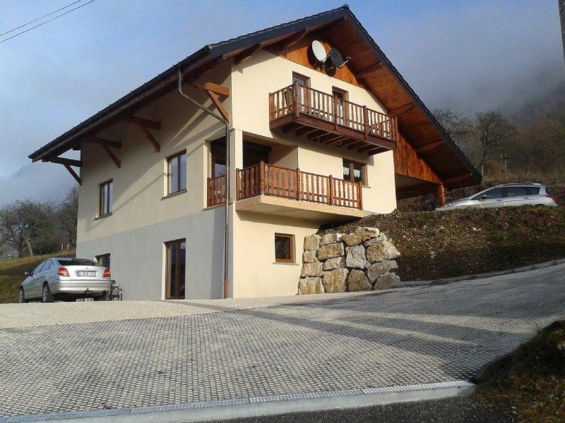 2 niveaux sup dans Grand chalet  pouvant accueillir  12 personnes, holiday rental in Chamousset