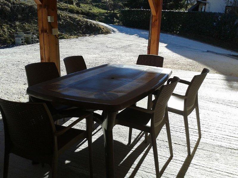 table et 6 chaises sous le carport