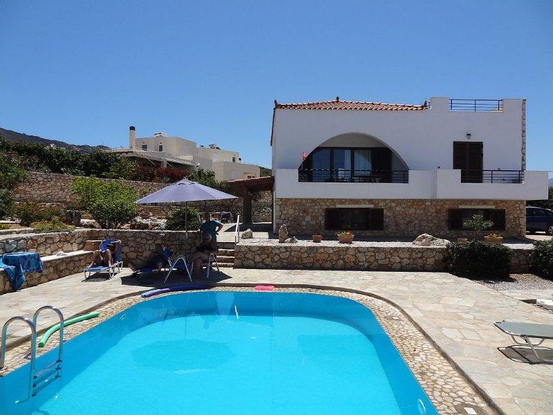 Villa in a unique location with pool, beautiful gardens mountain and sea views., location de vacances à Plaka