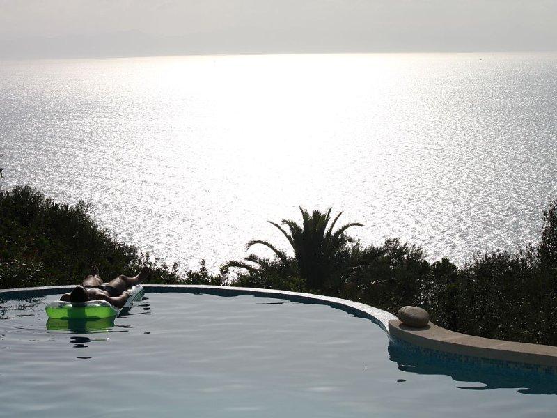 Fantastica villa con piscina a sfioro sul mare, 4 camere con bagno privato, holiday rental in Torre delle Stelle
