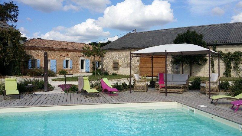 Maison climatisée entre Lot et Dordogne en pleine nature piscine privée au sel, holiday rental in Trentels