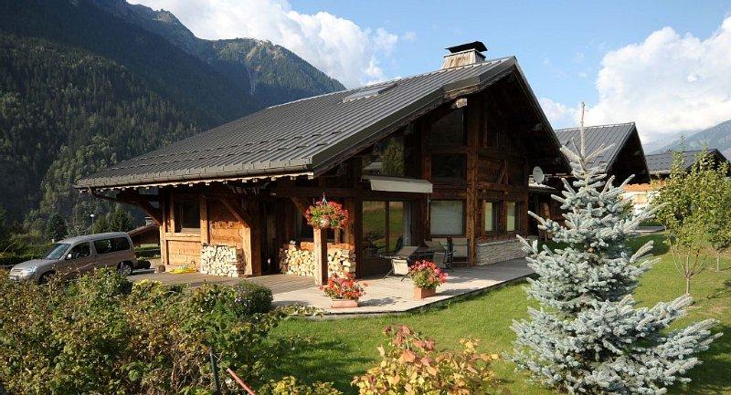 Chamonix Mont Blanc, Chalet Savoyard neuf, Gd terrasse Sud, jardin,  5 piéces., casa vacanza a Chamonix