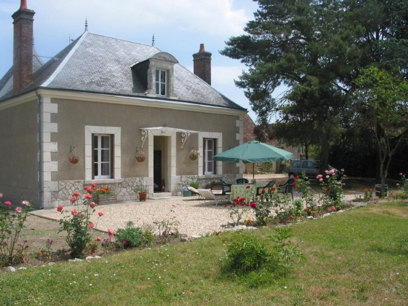 Village location. Private enclosed orchard garden, vakantiewoning in Selles-sur-Cher