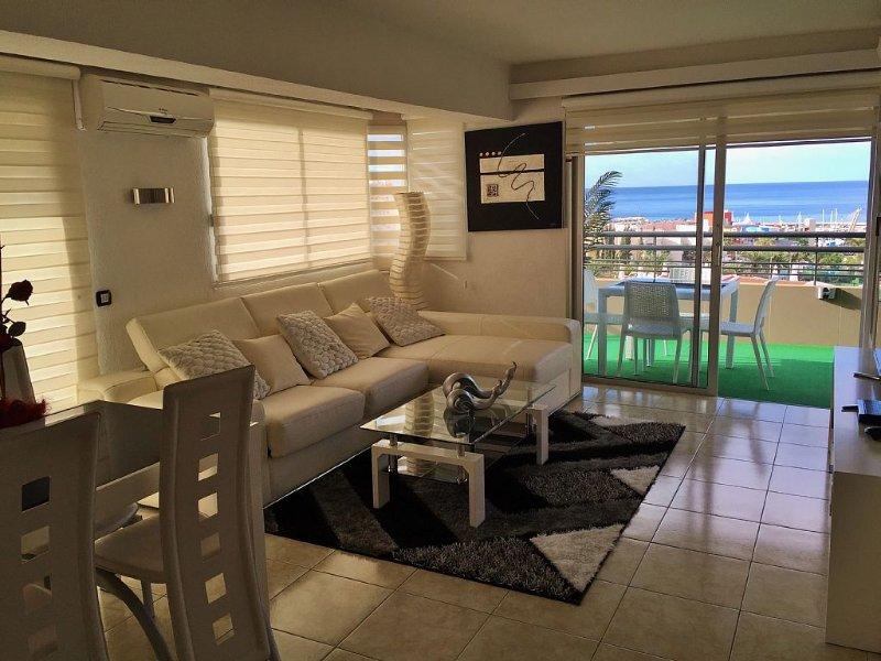 Luxe appartement met uitzicht op zee en zwembad, holiday rental in Playa de las Americas