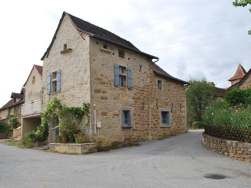 house in Montsalès 6/7 people, location de vacances à Villeneuve d'Aveyron