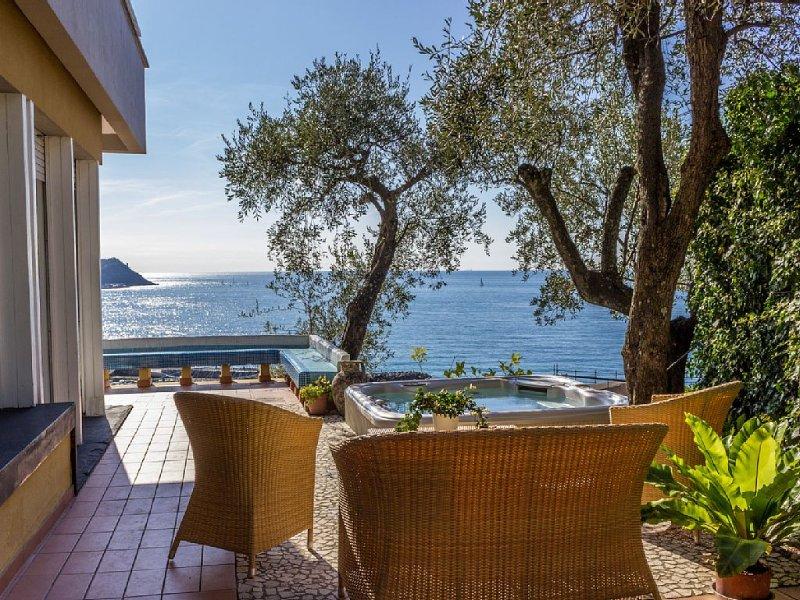 Villa con vista mare panoramica,  terrazza ,jacuzzi,  last minute settembre, alquiler vacacional en Cavi