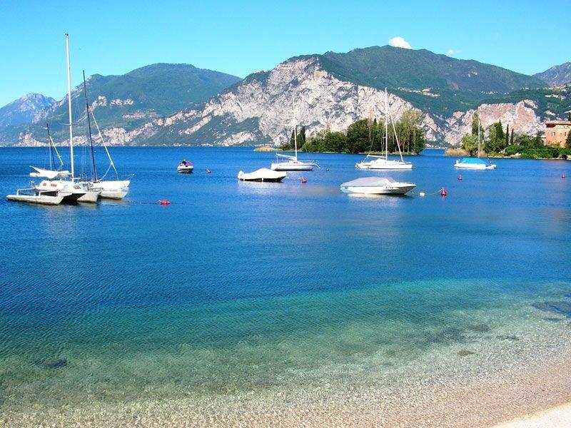 Lago garda fronte piscina, 3 camere, 85 mq, giardino privato, vicino spiaggia, vacation rental in Moniga del Garda