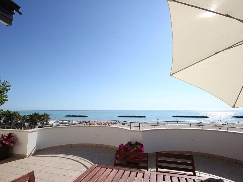 Appartamento di pregio al piano attico affacciato sul mare, casa vacanza a Porto San Giorgio