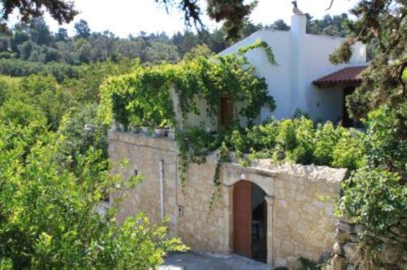Margarites: Maison de caractère avec jardin, environnement verdoyant et calme., location de vacances à Thronos