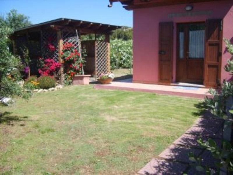 Casa con giardino a 500 mt dalla magnifica Spiaggia di Su Giudeu, casa vacanza a Domus de Maria