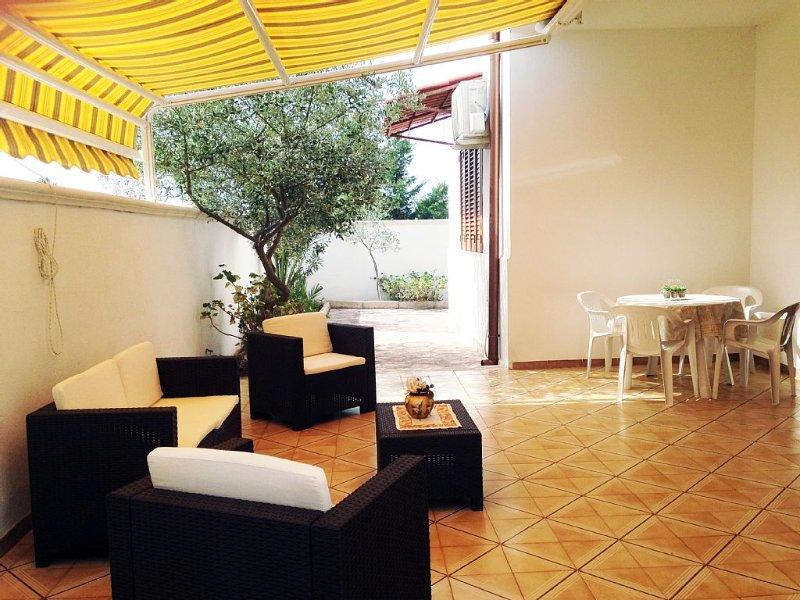 VILLETTA INDIPENDENTE CON AMPIA VERANDA/GIARDINO, vacation rental in Porto Cesareo
