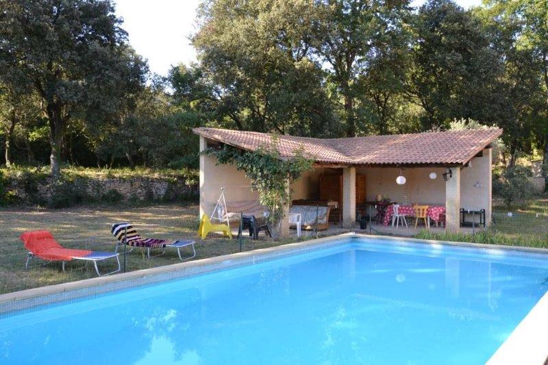 Maison avec piscine en lisière de forêt, près d'Orange, location de vacances à Uchaux