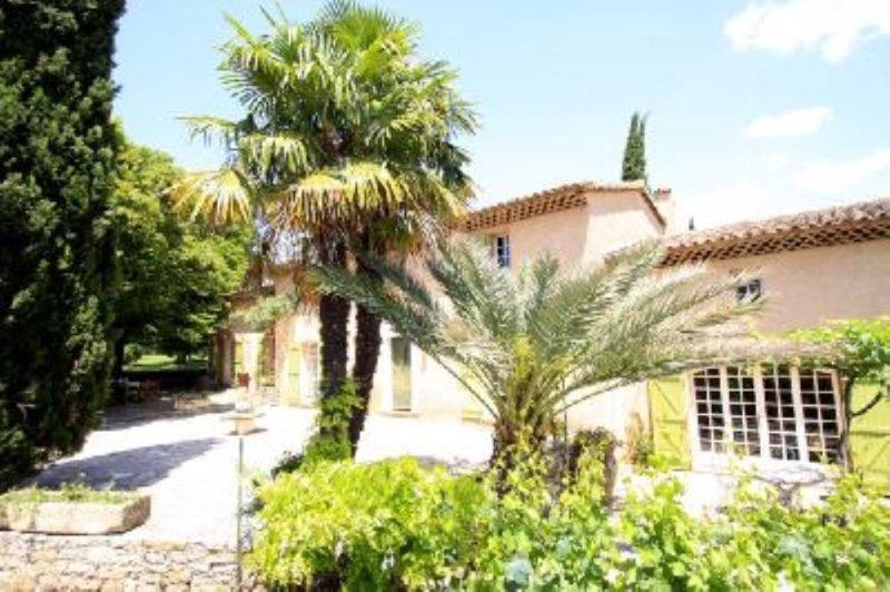 Maison de caractère avec piscine chauffée  et tennis sur 2ha clos, location de vacances à Lorgues