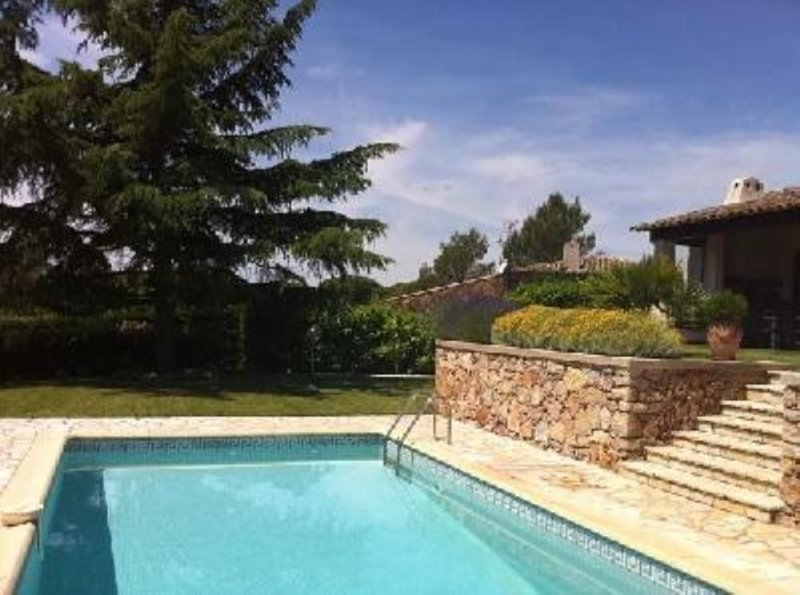 Saint-Raphaël, splendide villa avec jardin & piscine privée, holiday rental in Saint-Raphael
