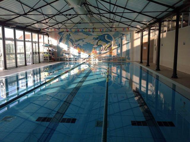 piscina pública a 30 metros de distância.