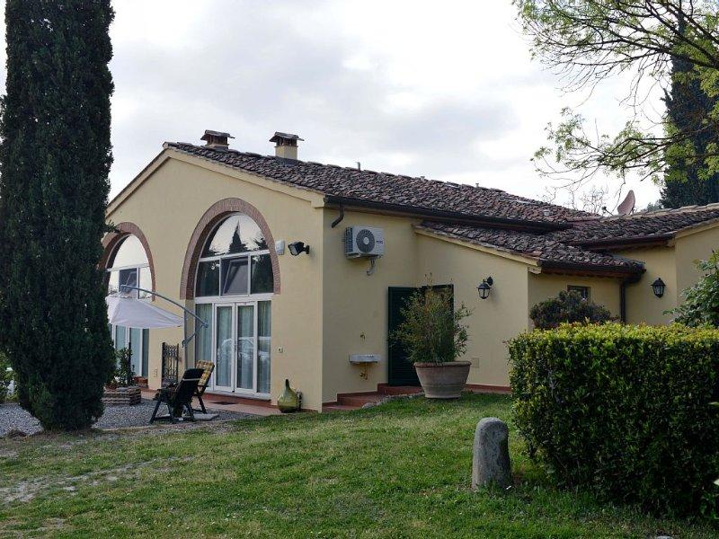 Rustico immerso tra gli ulivi nella tranquillità delle colline pisane, holiday rental in Mezzana-Colignola