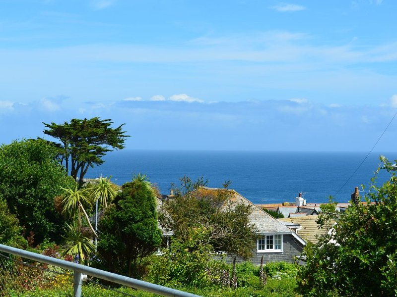 Beautifully Presented, Luxury Ground Floor Apartment With Sea Views and parking, holiday rental in St Ives