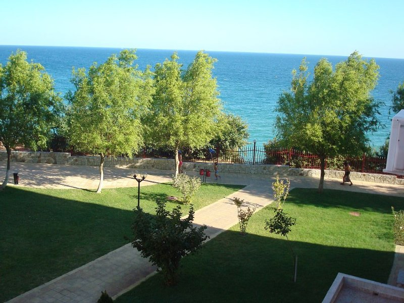 Well appointed 1 bedroom apartment sleeps up to 6 in excellent holiday complex, holiday rental in Elenite