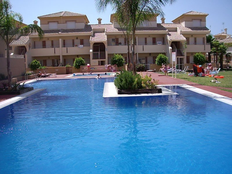 Luxury appointed 2 bedroom apartment with WiFi, Ferienwohnung in Los Alcazares