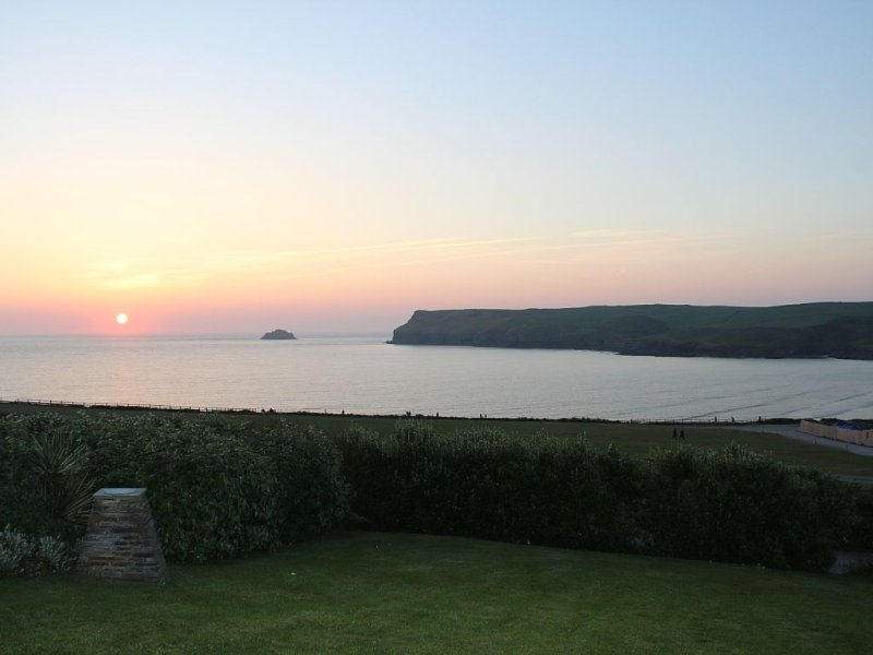 Stunning sea views and sunsets 4 minutes from beach. Tuesday arrival/handover, location de vacances à Trebetherick