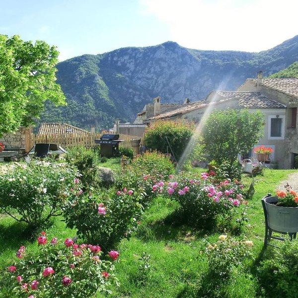 Cornillon Sur L Oule: Gîte dans maison de village provençal avec jardin, aluguéis de temporada em Sahune