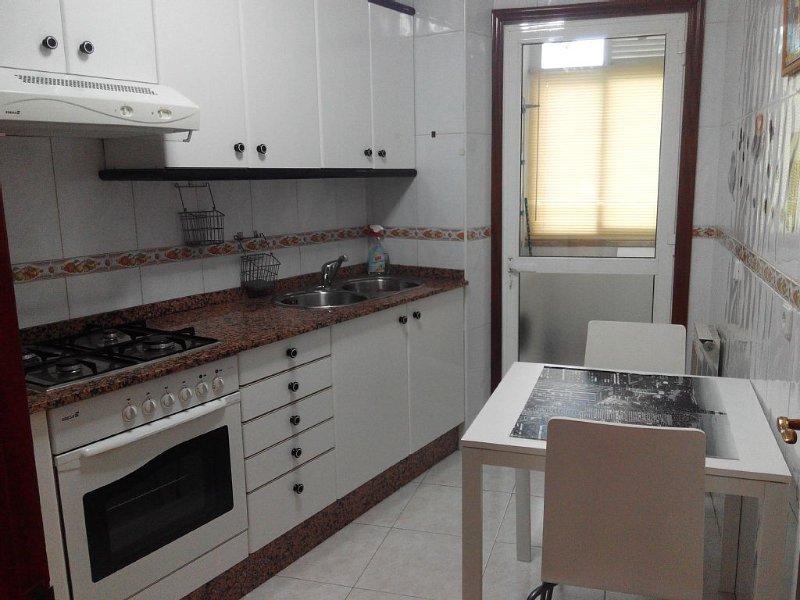 Moderno y luminoso, 2 habitaciones, todas las comodidades. Pontevedra ciudad., aluguéis de temporada em Soutomaior