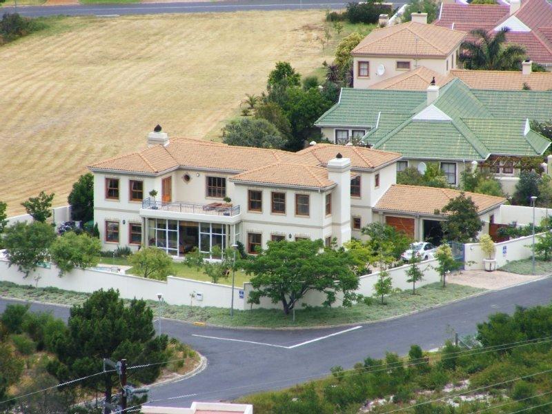 Schitterende villa met verwarmd privé-zwembad, vlakbij 27 holes golfterrein., alquiler vacacional en Overstrand