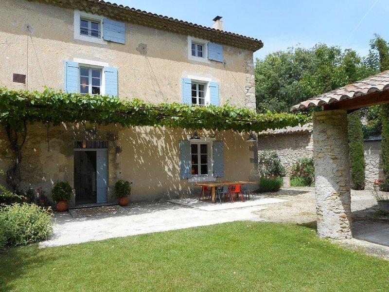 Mas provençal avec jardin fermé à proximité d'une petite rivière, vacation rental in Vaucluse