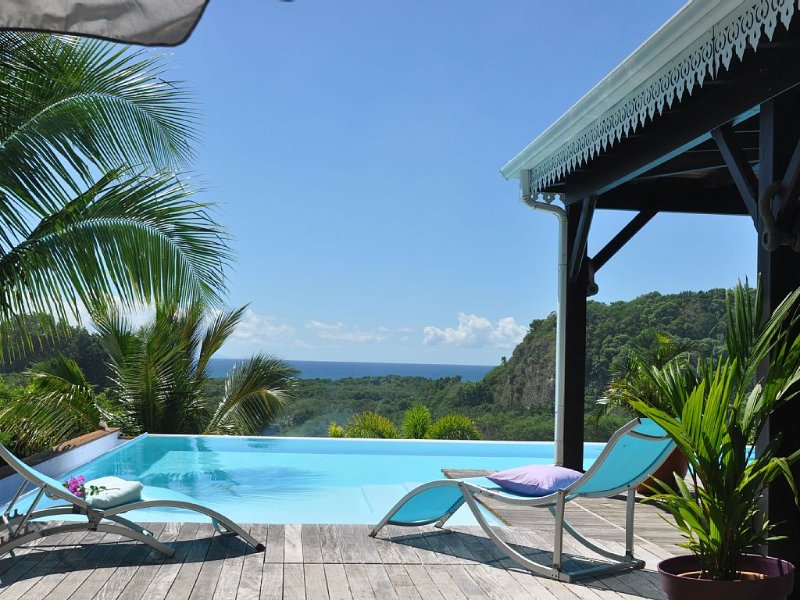 VILLA COCOCANNELLE / BEAUTIFUL SEA VIEW / MIRROR VERY LARGE POOL / BIG PEACE, holiday rental in Le Gosier
