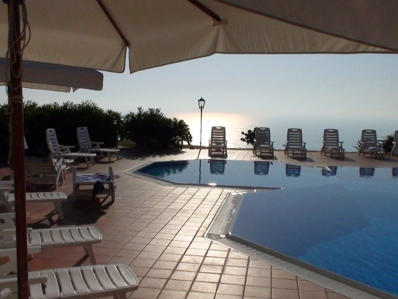 Apartment with stunning views over Tropea & great infinity pool, holiday rental in Parghelia