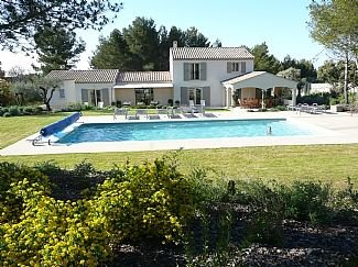 Superb Villa with Heated Pool and Air-Conditioning, holiday rental in Eygalieres