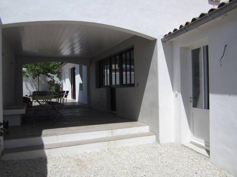 Maison de charme dans ruelle village proche de St Martin, holiday rental in Le Bois-Plage-en-Re